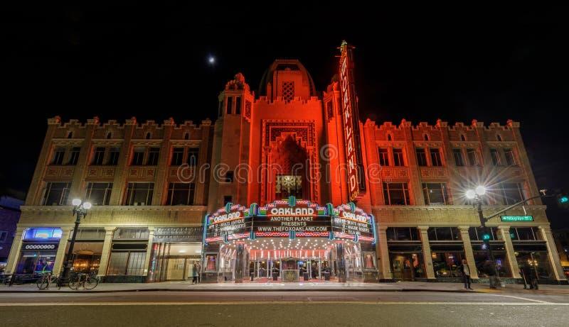 April 12, 2019 - Oakland, Kalifornien: RävOakland teater på natten med en växande måne royaltyfri fotografi