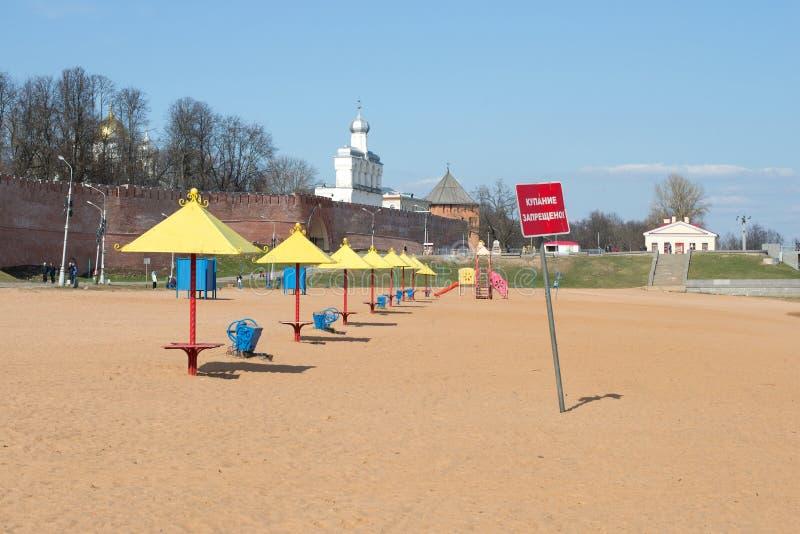 April på stranden novgorod veliky russia arkivfoton