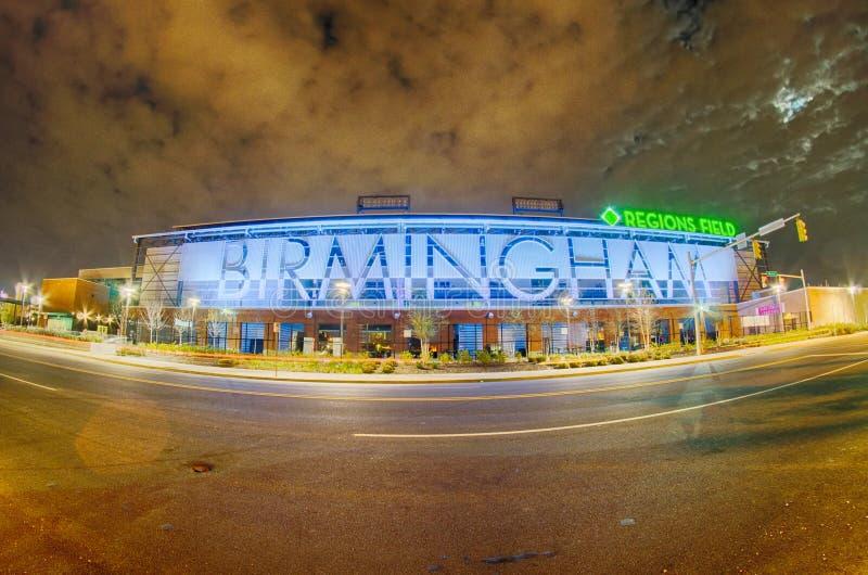 April 2015 - Regionen Birminghams Alabama fangen Unterliga die zur Basis bauf lizenzfreie stockfotos