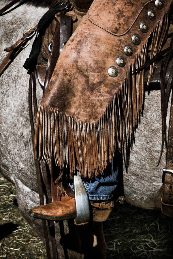 22 APRIL, 2017, RIDGWAY COLORADO: Amerikaanse Cowboy tijdens vee het brandmerken uitwisselingswoorden, bij Honderdjarige Boerderi royalty-vrije stock afbeelding