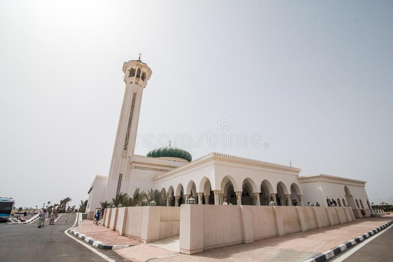 April 2018 - Sharm-el-Sheikh, Ägypten Sonnenuntergang nahe Mubarak Mosque, islamisch Egypt Große Moschee im Sharm-el-Sheikh lizenzfreies stockbild