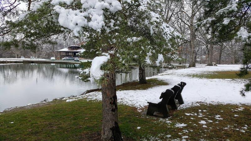 April Snow: schneebedeckter Teich stockfotografie