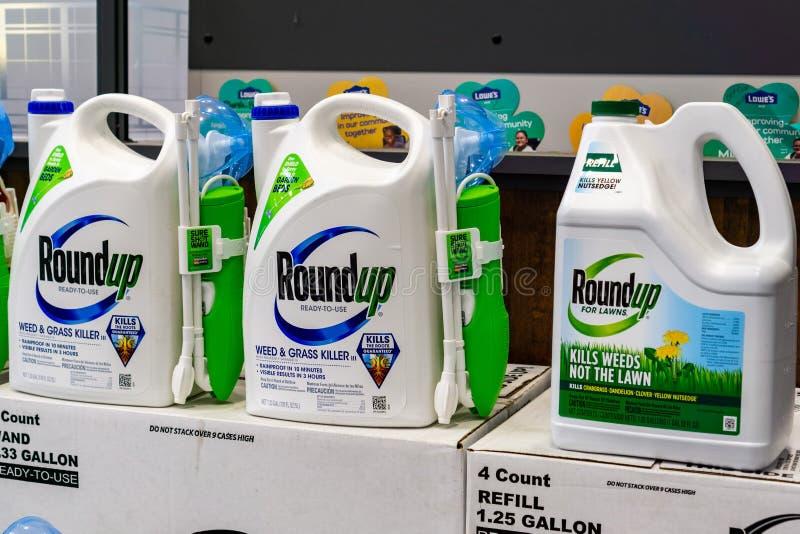 25. April 2019 Sunnyvale/CA/USA - Zusammenfassungsunkrautbekämpfungsmittel auf einem Ladenregal; Bayer kaufte Monsanto im Jahre 2 lizenzfreie stockbilder