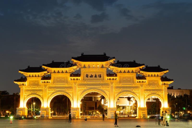 April 21, 2018 - Teipei, Taiwan: Okända turister som besöker Liberty Square Main Gate av den medborgareChiang Kai-shek minnesmärk fotografering för bildbyråer