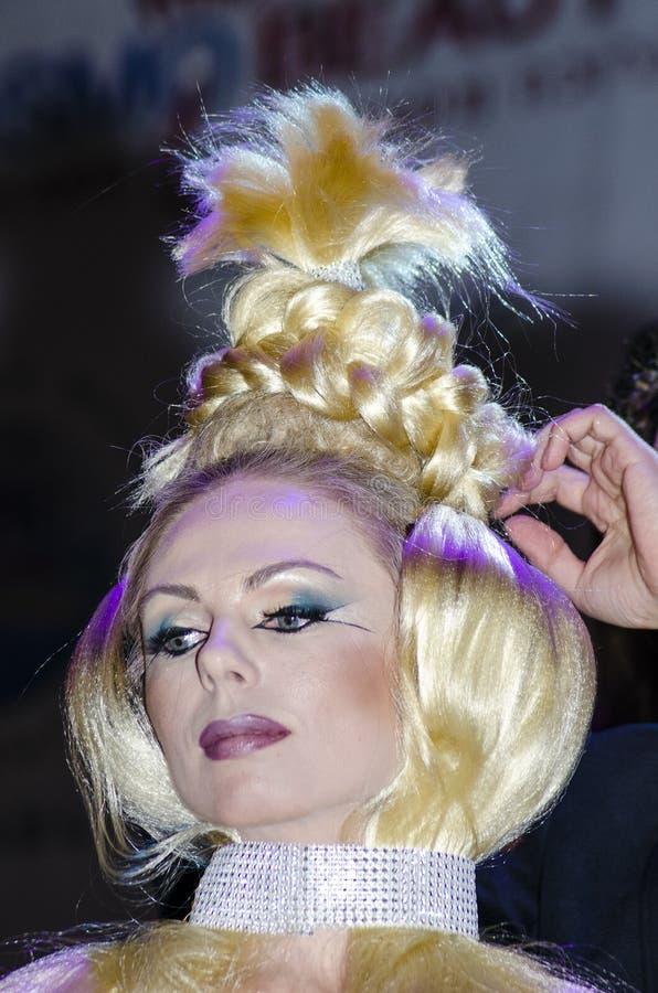 27 april - Tel Aviv, ISRAËL - Portret van een mooi blonde - modelleer met dekkingsvlecht - de schoonheid van OMC Cosmo, 2015, Isr royalty-vrije stock foto's