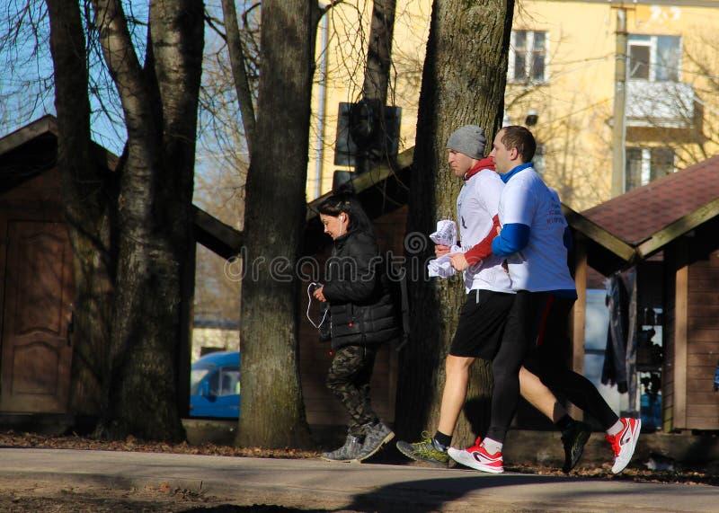6. April 2019 Veliky Novgorod, laufender Mannmannläufer der Athleten im Park, rüttelnd lizenzfreie stockfotografie