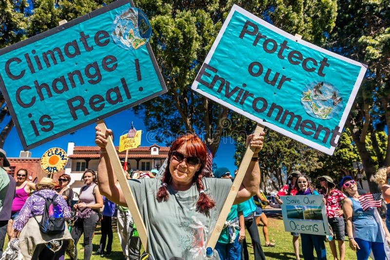APRIL 29, 2017 - VENTURA KALIFORNIEN - protesterare visar på jorddag mot presidenttrumfs miljö- politik royaltyfri bild