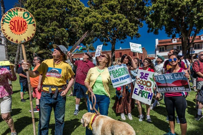 29. April 2017 - VENTURA KALIFORNIEN - Protestors demonstrieren am Tag der Erde gegen Umweltpolitiken Präsidenten Trumps lizenzfreie stockbilder