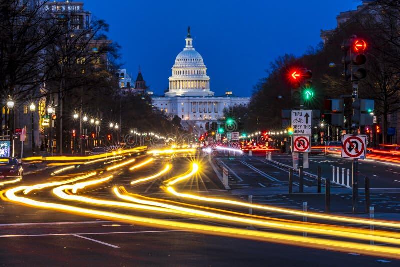 APRIL 11, 2018 WASHINGTON D C - Den Pennsylvania aven till USA-Kapitolium withStreaked ljus som går in mot Upptaget dc arkivfoto