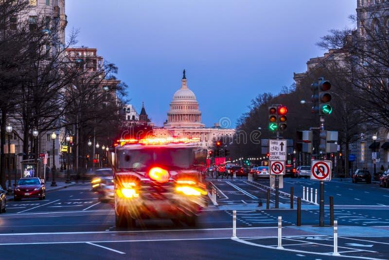 11 APRIL, 2018 WASHINGTON D C - Firetruck met sirene gaat onderaan het Ave van Pennsylvania naar het Capitool van de V.S. Avond,  stock fotografie