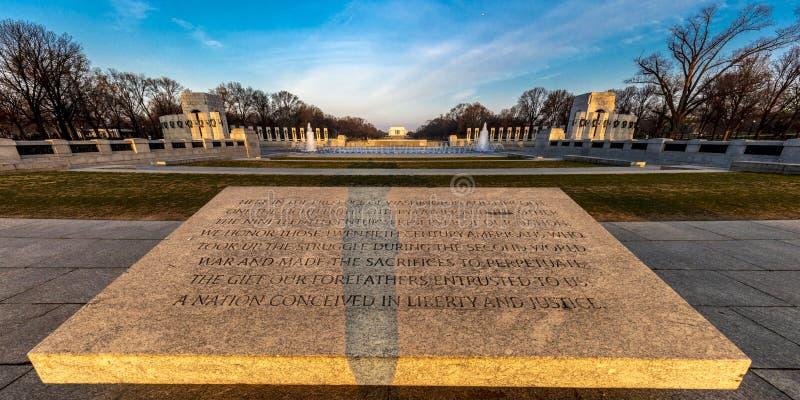 10 APRIL, 2018 - WASHINGTON D C - Fonteinen en Wereldoorlog IIgedenkteken bij Zonsopgang, Washington D Architectuur, 2 stock foto