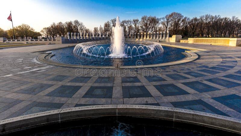 10 APRIL, 2018 - WASHINGTON D C - Fonteinen en Wereldoorlog IIgedenkteken bij Zonsopgang, Washington D Witte stad, stock foto
