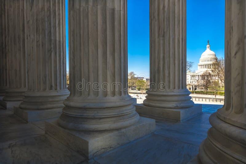 APRIL 8, 2018 - WASHINGTON D C - Kolonner av högsta domstolenerbjudandesikten av USA Rättssal capitol arkivfoton