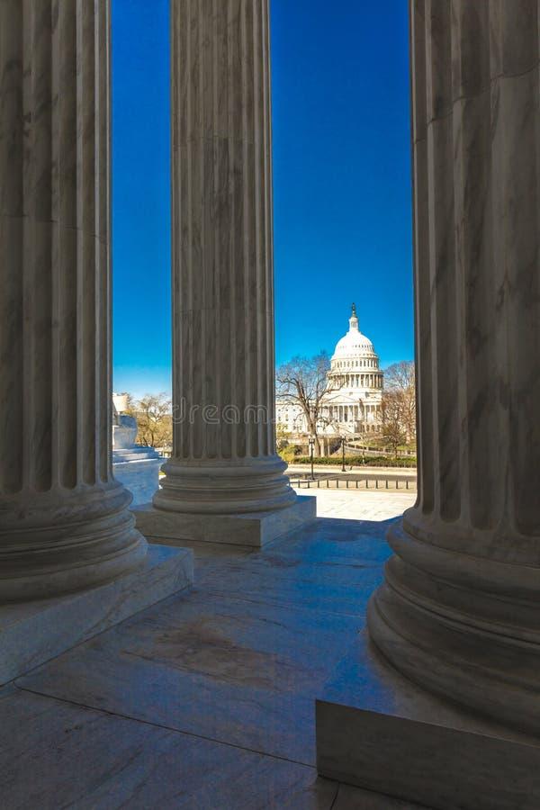 APRIL 8, 2018 - WASHINGTON D C - Kolonner av högsta domstolenerbjudandesikten av USA USA tillstånd royaltyfri bild