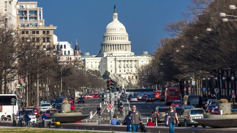 APRIL 11, 2018 WASHINGTON D C - Pennsylvania ave till USA-Kapitolium som in går in mot USA-Kapitolium Medborgare regering arkivbilder