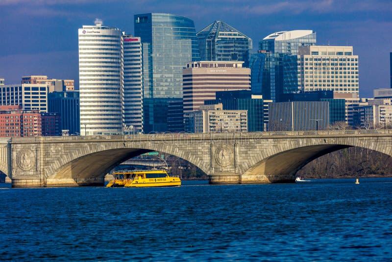 APRIL 10, 2018 - WASHINGTON DC - den minnes- bron korsar Potomac River framme av Rosslyn, Himmel arkitektur royaltyfria bilder