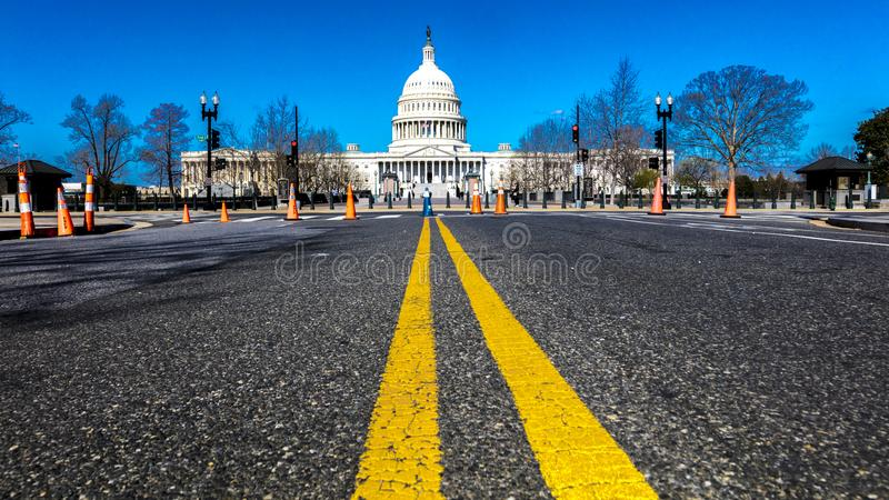 APRIL 8, 2018 - WASHINGTON DC - gula linjer leder till USA-Kapitolium, Washington D Flagga huvudstad royaltyfria foton