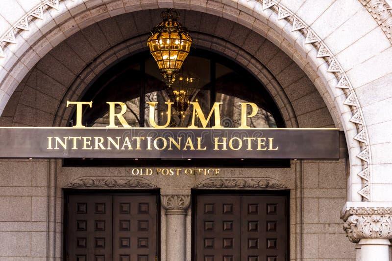 APRIL 11, 2018 - WASHINGTON DC - internationellt hotell för trumf, gammalt stolpetecken, USA arkivfoton