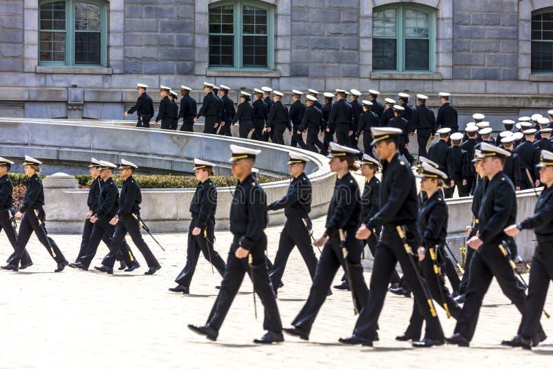9 aprile 2018 - ANNAPOLIS MARYLAND - gli aspiranti guardiamarina sono veduti nella formazione prima dell'ora di pranzo, Stati Uni fotografia stock