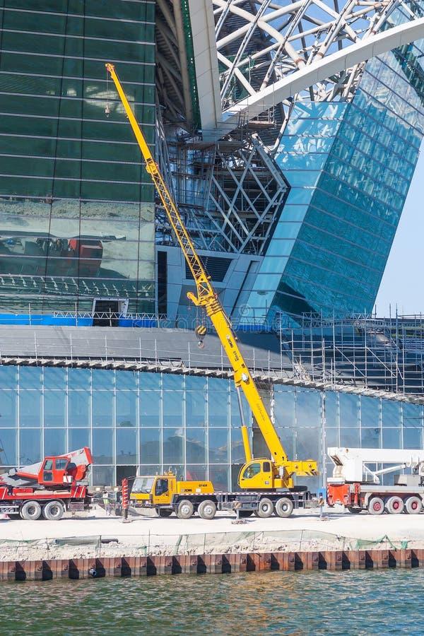 17 aprile 2017, Bacu, Azerbaigian La costruzione del centro commerciale caspico di lungomare immagini stock libere da diritti