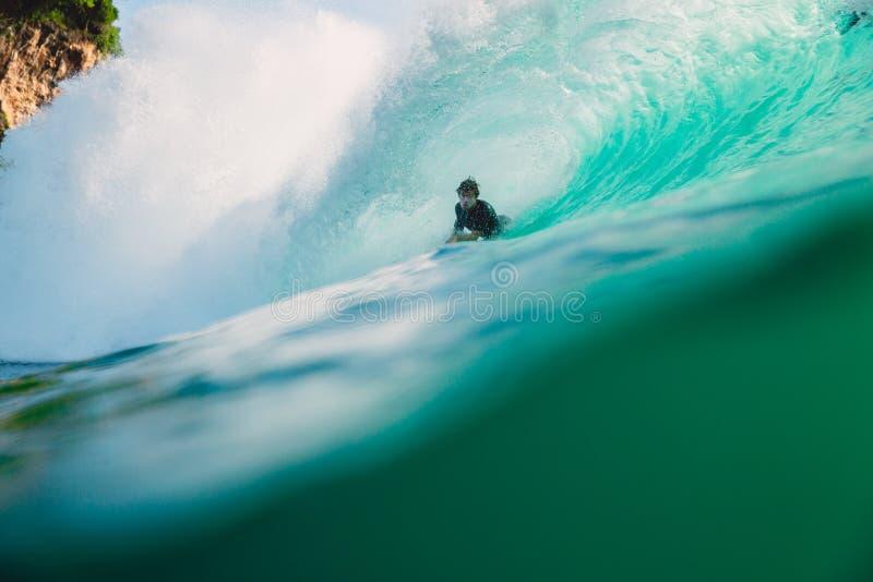 23 aprile 2018 Bali, Indonesia Giro del surfista sulla grande onda del barilotto a Padang Padang Praticare il surfing professiona immagine stock