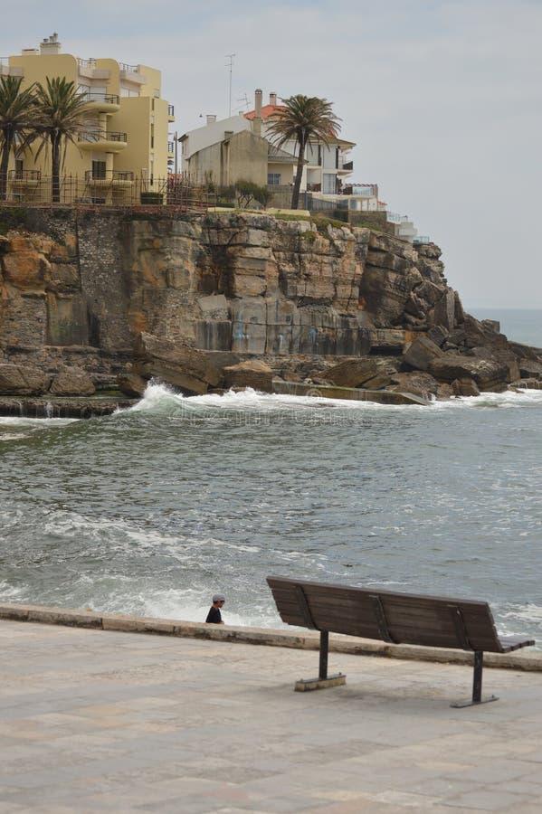 15 aprile 2014 Estoril, Cascais, Sintra, Lisbona, Portogallo Belle Camera e scogliere vicino alla spiaggia di Poca sulla costa di fotografie stock