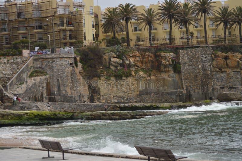 15 aprile 2014 Estoril, Cascais, Sintra, Lisbona, Portogallo Belle Camera e scogliere vicino alla spiaggia di Poca sulla costa di fotografia stock