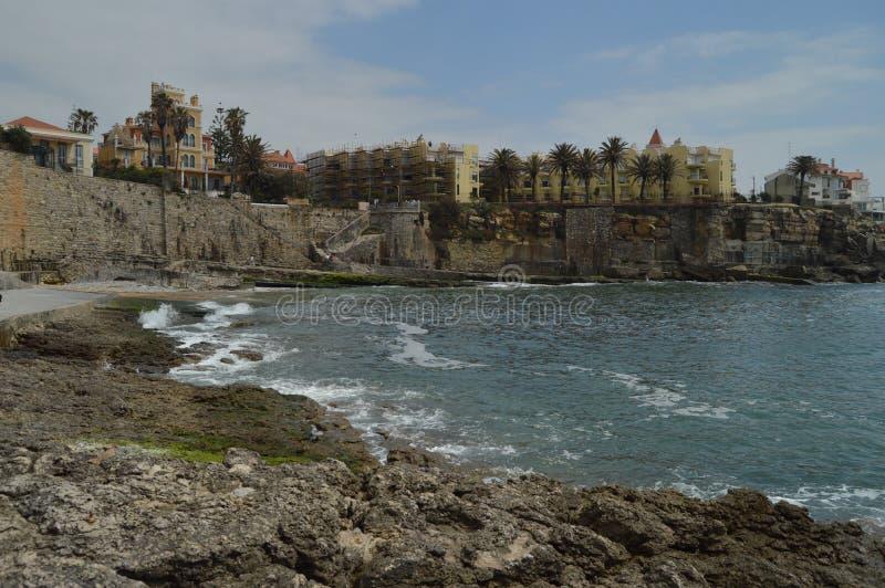 15 aprile 2014 Estoril, Cascais, Sintra, Lisbona, Portogallo Belle Camera e scogliere vicino alla spiaggia di Poca sulla costa di immagine stock libera da diritti