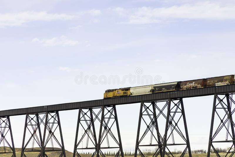 7 aprile 2019 - Lethbridge, Alberta Canada - treno ferroviario pacifico canadese che attraversa il ponte ad alto livello immagine stock libera da diritti