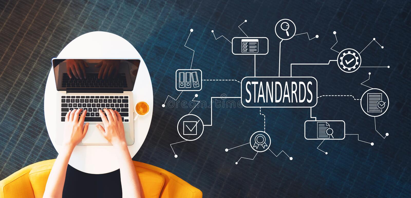 Aprobación de calidad standard del control con la persona que usa un ordenador portátil imagenes de archivo
