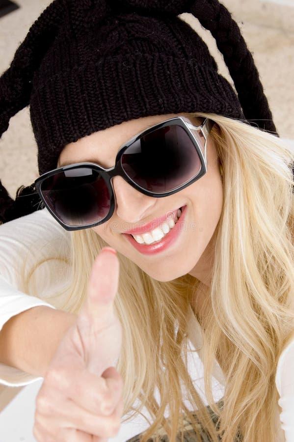 aprobaty zamknięta pokazywać uśmiechnięta kobieta fotografia stock