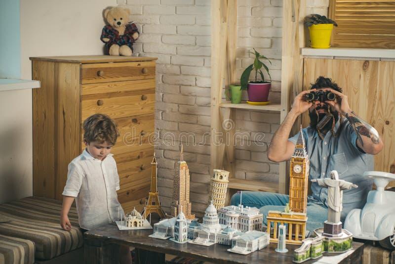 Apronte ao curso grande Criança pequena e homem com arquitetura binocular e diminuta Filho e pai do menino com mundo imagens de stock royalty free