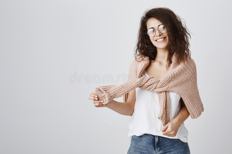 Apronte para a caminhada na noite fria Retrato da mulher europeia amigável encantador com cabelo encaracolado no t-shirt na moda  imagem de stock royalty free