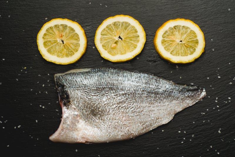 apronte para cozinhar peixes crus da brema fotos de stock