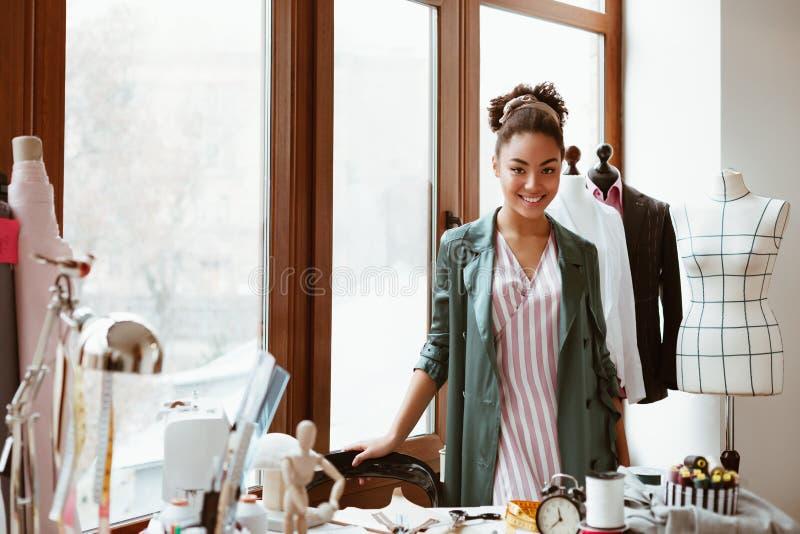Apronte para criar o estilo novo Posição africana à moda da mulher no estúdio do projeto imagem de stock