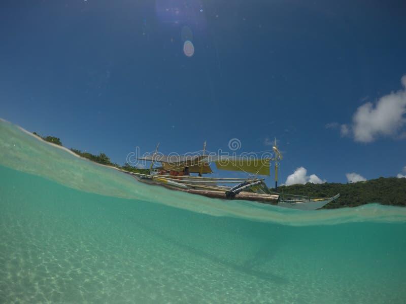 Apronte para navegar, flutuando na superfície de águas claras fotos de stock royalty free