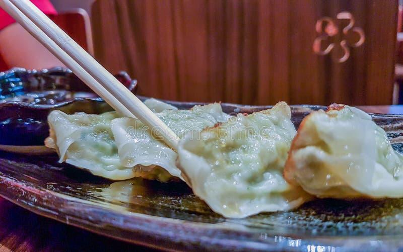 Apronte para o delicioso Gyoza japonês, petisco das bolinhas de massa com s fotos de stock royalty free