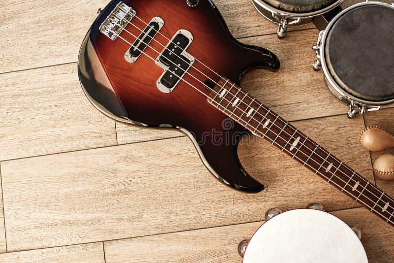 Apronte para o desempenho Vista superior dos instrumentos musicais ajustados: guitarra elétrica, cilindros, maracas do ouro e pan foto de stock