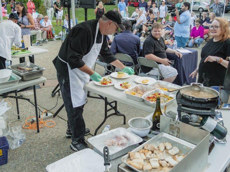 Apronte quase para servir nos 2018 Bedford Seafood Throwdown novo foto de stock royalty free