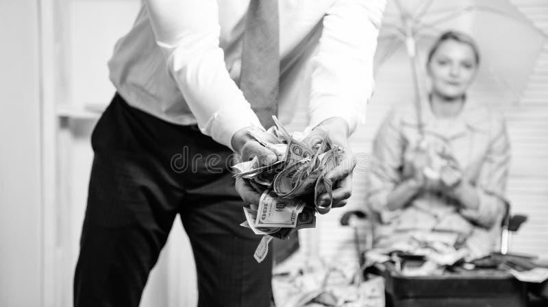 Aproveche las manos del oficinista o del hombre de negocios Fondo de la oficina de la moneda del d?lar del efectivo defocused Pr? foto de archivo libre de regalías