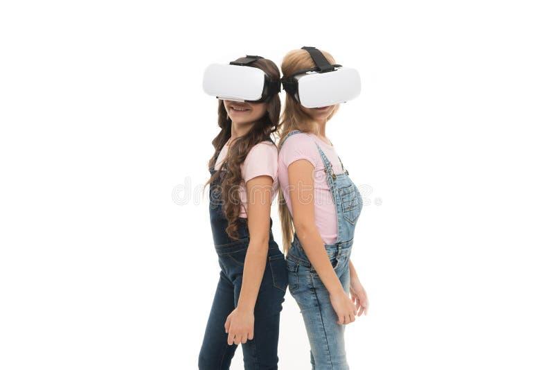 Aproveitando-se desta nova tecnologia Crianças adoráveis que usam a tecnologia de VR para aprender e jogar Pequeno bonito fotos de stock