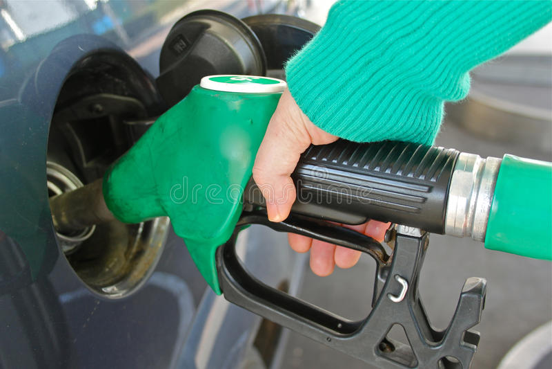 Aprovisionar de combustible un coche imágenes de archivo libres de regalías