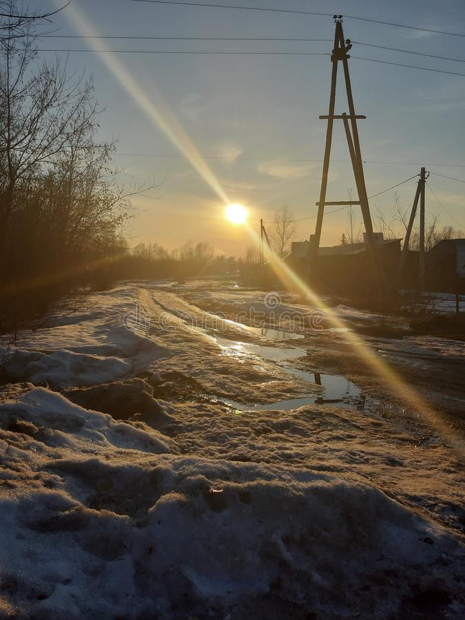Aproximação amigável da mola, lama da estrada sol morno da mola imagem de stock