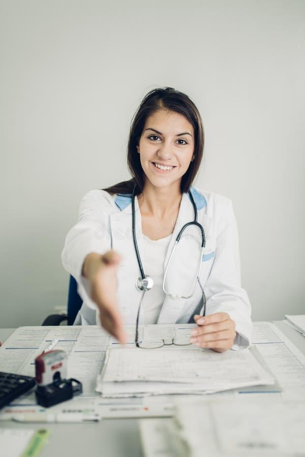 Aproximação amigável no exame médico foto de stock