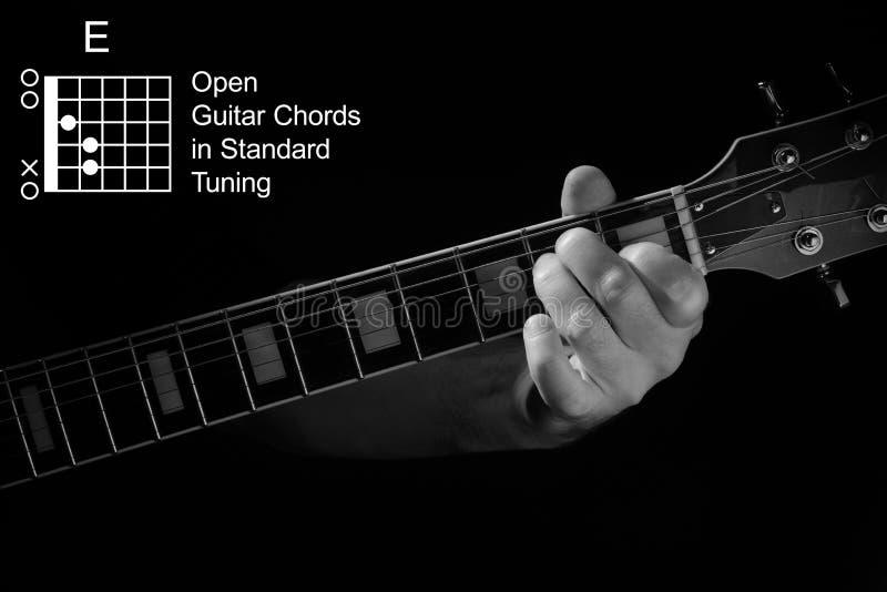 Aproximação da mão tocando acorde E no violão fotos de stock royalty free