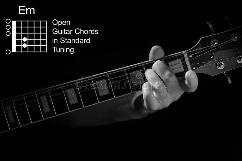 Aproximação da mão tocando Acorde em violão imagem de stock