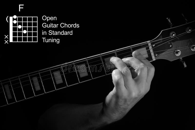 Aproximação da mão tocando Acorde F no violão fotos de stock royalty free