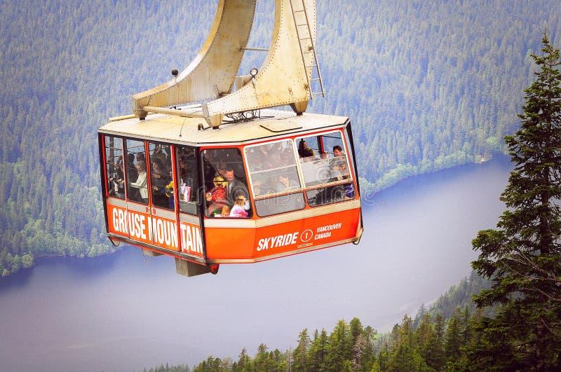 Aproximação do teleférico à parte superior da montanha do galo silvestre imagens de stock
