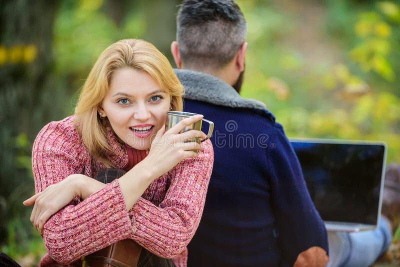 Aproxima??o moderna ao trabalho de escrit?rio caf? quente ou vinho da bebida feliz da menina Acampamento e caminhada o homem sent fotos de stock royalty free
