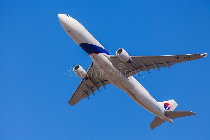 Aproximação plana das linhas aéreas malaias à aterrissagem no aeroporto de Melbourne imagem de stock